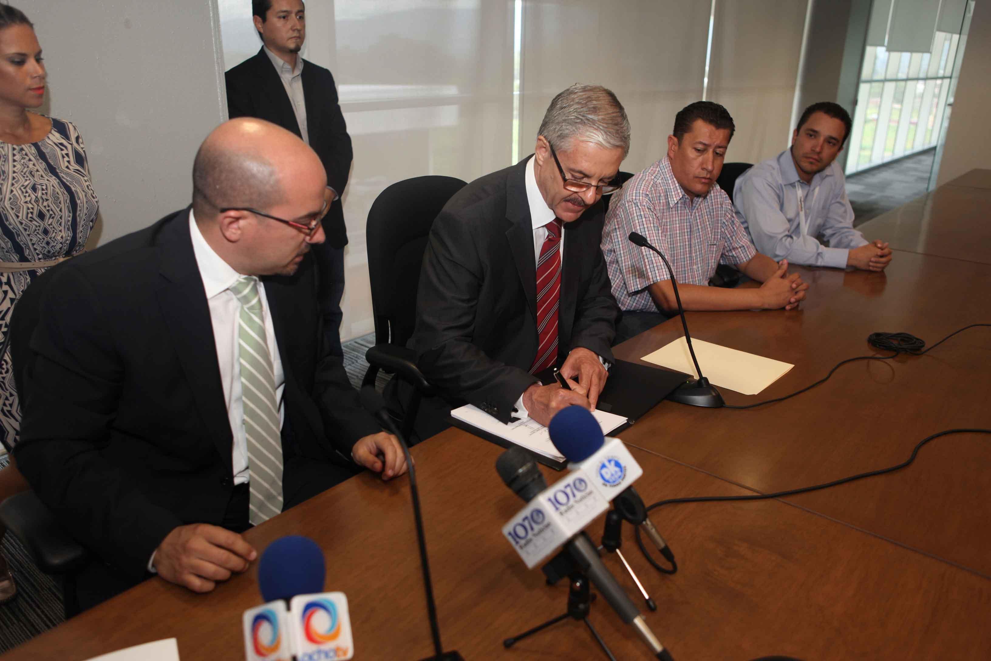 Firman SSJ y Tlajomulco de Zúñiga convenio de prestación de servicios del Seguro Popular