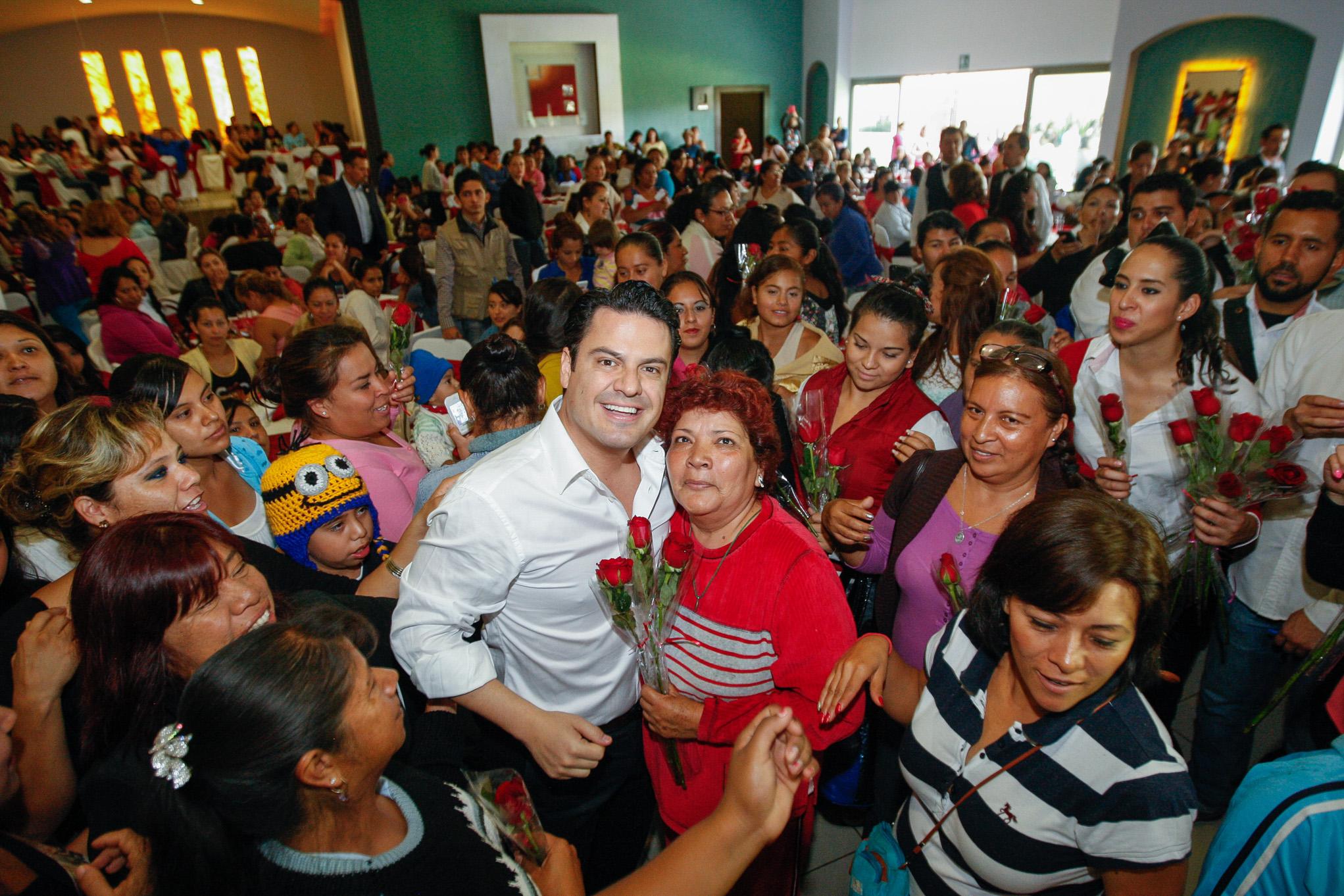 En el marco del día de las madres, el Gobernador del Estado de Jalisco, Jorge Aristóteles Sandoval Díaz, entregó apoyos a Mujeres Jefas de Familia hoy en Hacienda La Providencia.