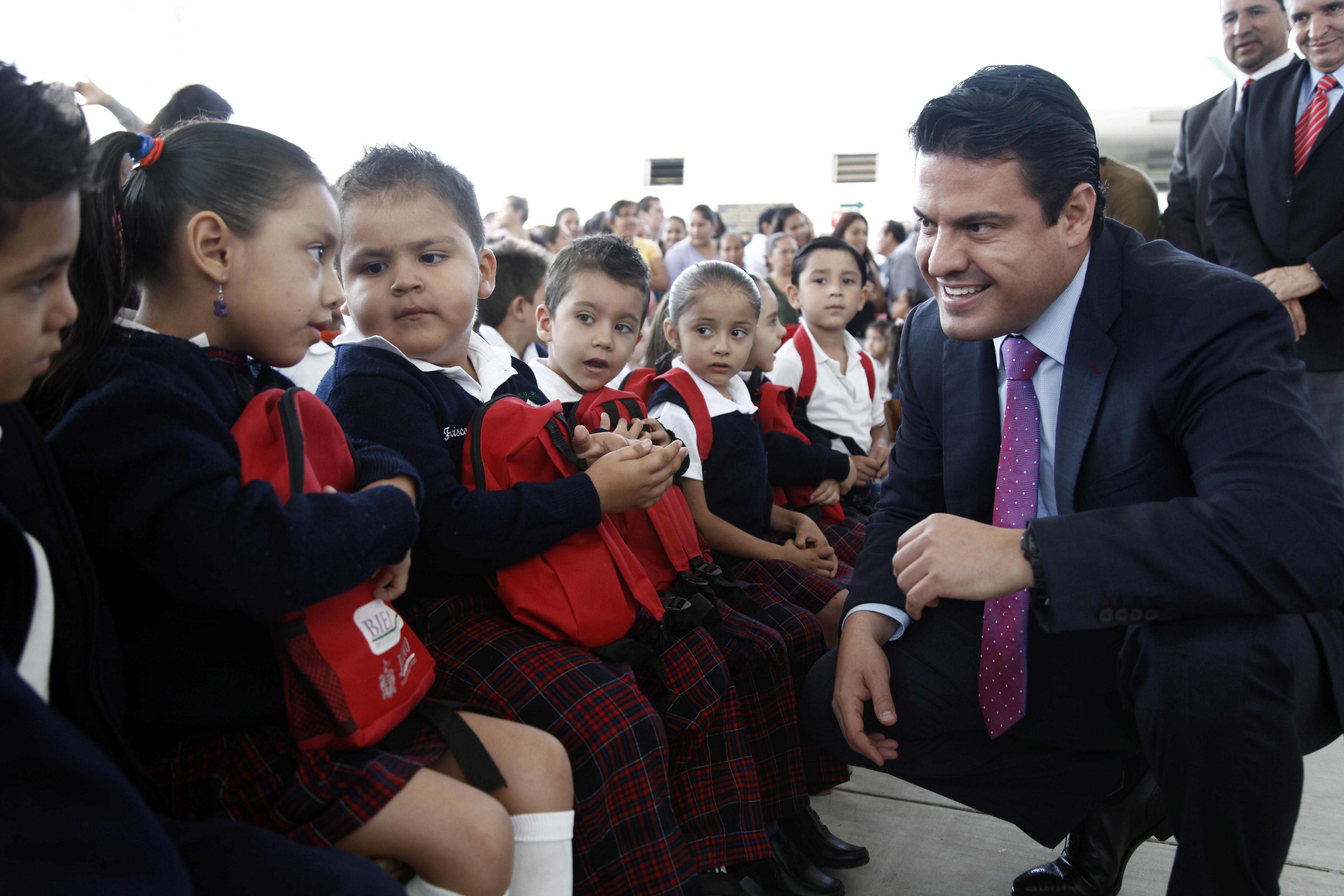 Entrega el Gobernador del Estado los útiles gratuitos en las escuelas de la ZMG