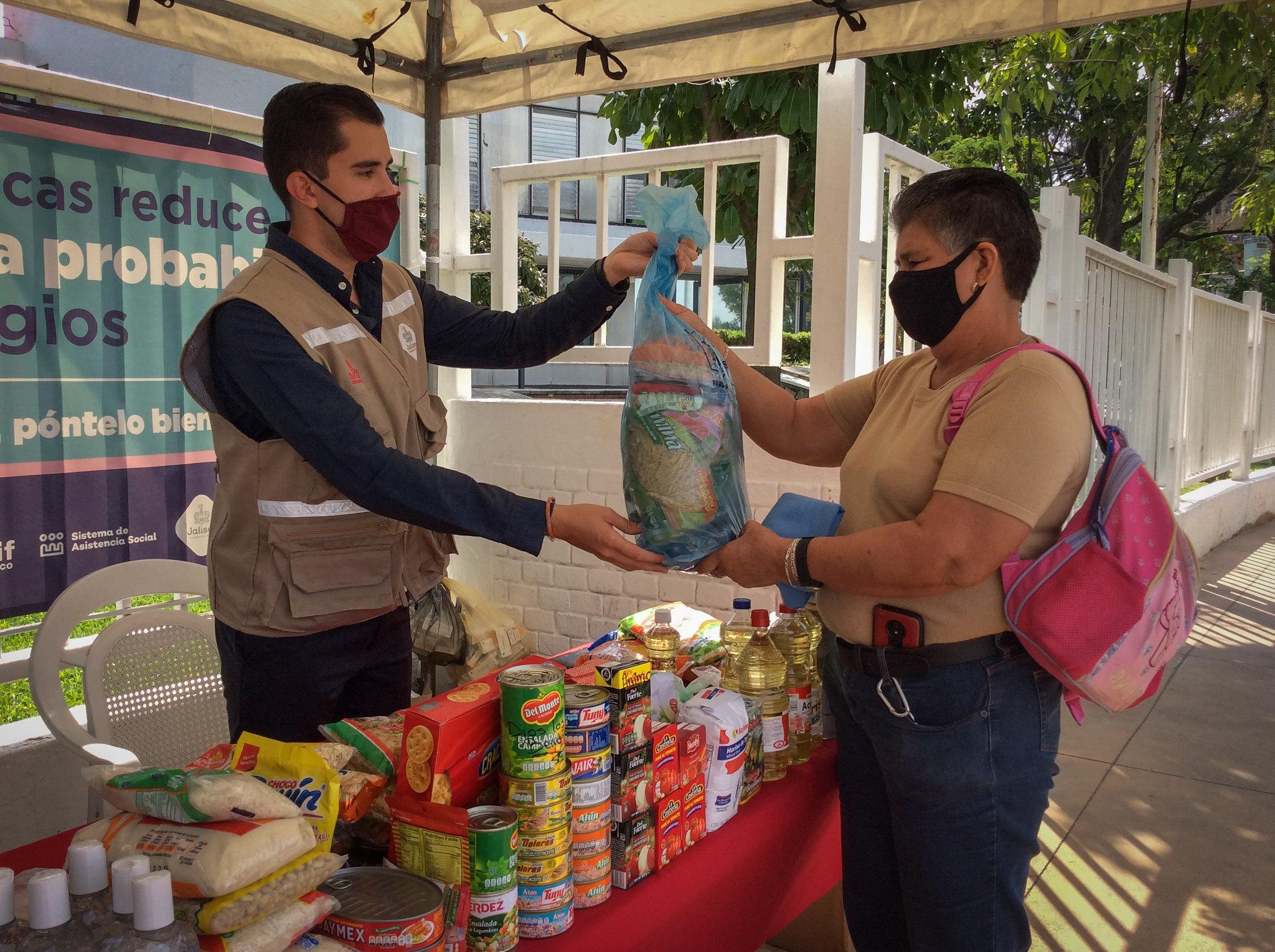 """Reúne DIF Jalisco, más de 400 despensas y cerca de 2,400 insumos para apoyar a personas afectadas por """"Hernán"""" a través de Centro de Acopio"""