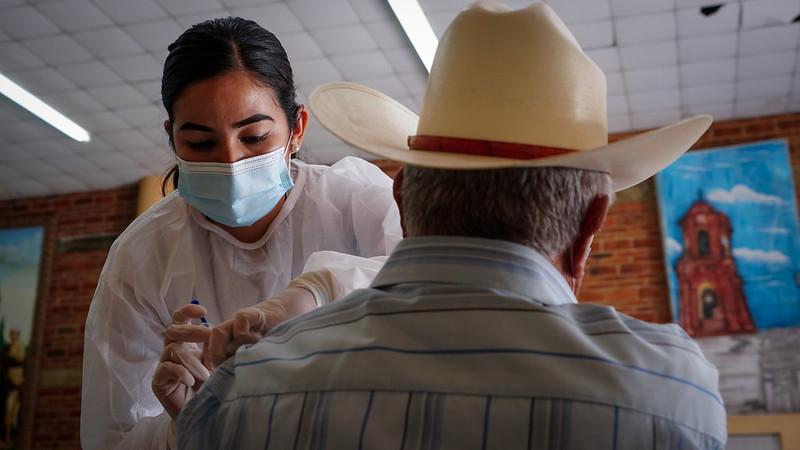 Recibir vacuna contra COVID-19 implica mayor compromiso para mantener cuidados sanitarios