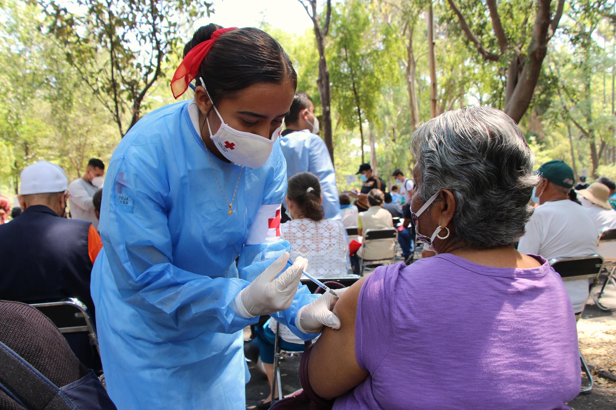 De forma ágil se realiza vacunación contra COVID-19 a profesionales de la salud en el Auditorio Benito Juárez