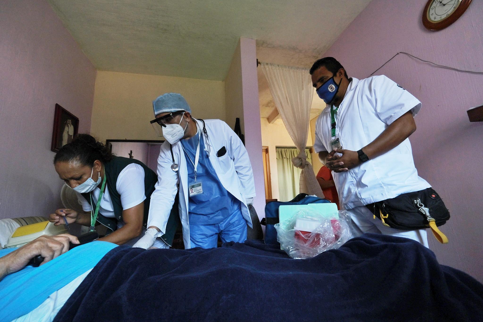 En Jalisco brigadas llevan vacuna contra COVID-19 a personas postradas
