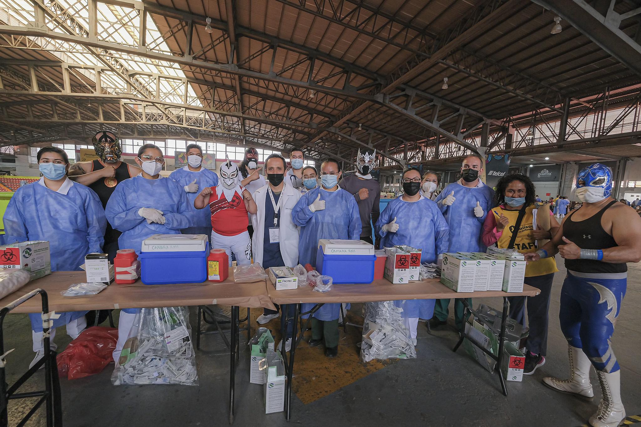Apoyan héroes enmascarados en Macromódulo Metropolitano de Vacunación contra COVID-19 a personas mayores