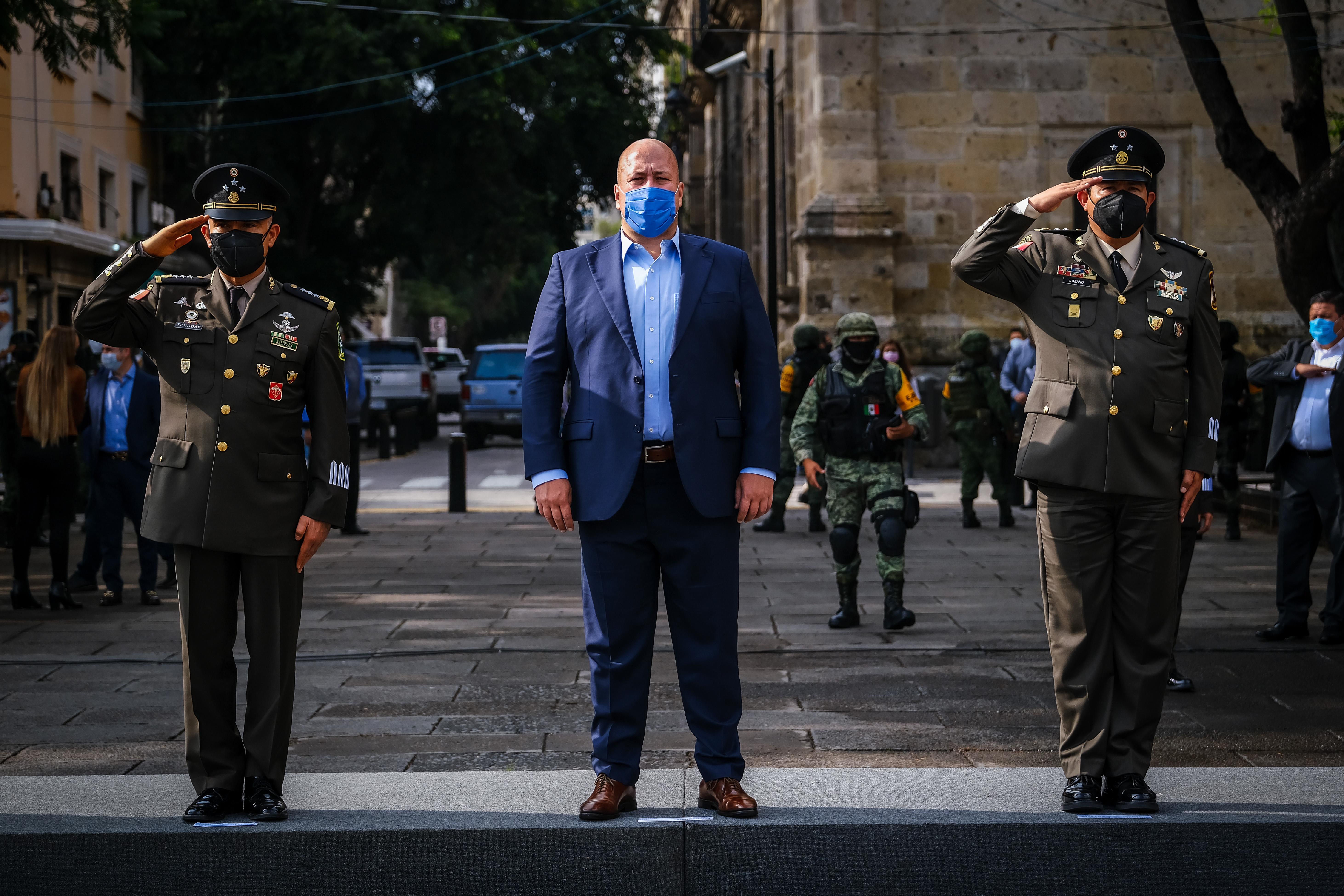 Encabeza Gobernador Enrique Alfaro ceremonia de Izamiento a la Bandera en Plaza de la Liberación