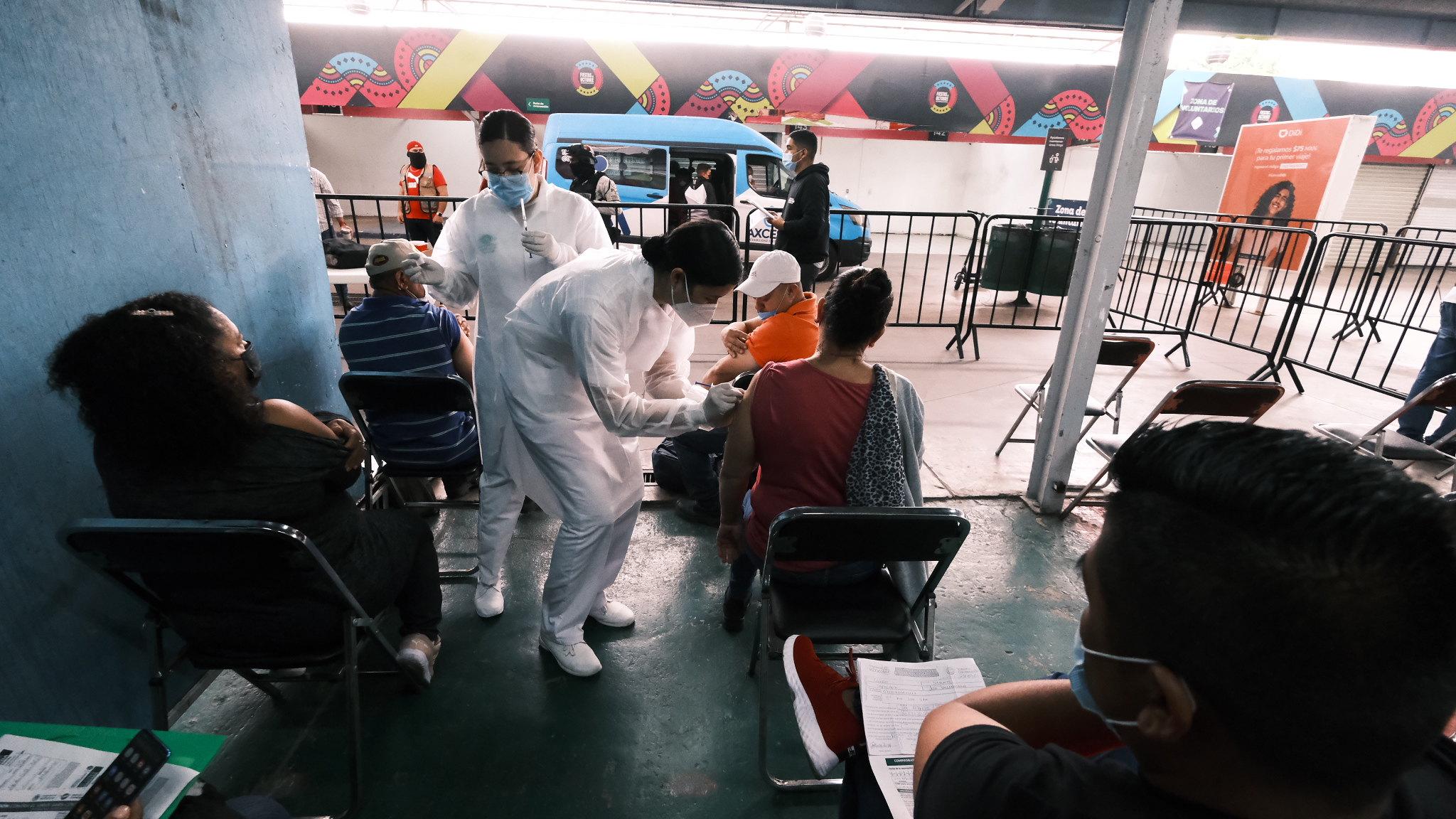 Vacunan contra COVID-19 a personas refugiadas en Jalisco
