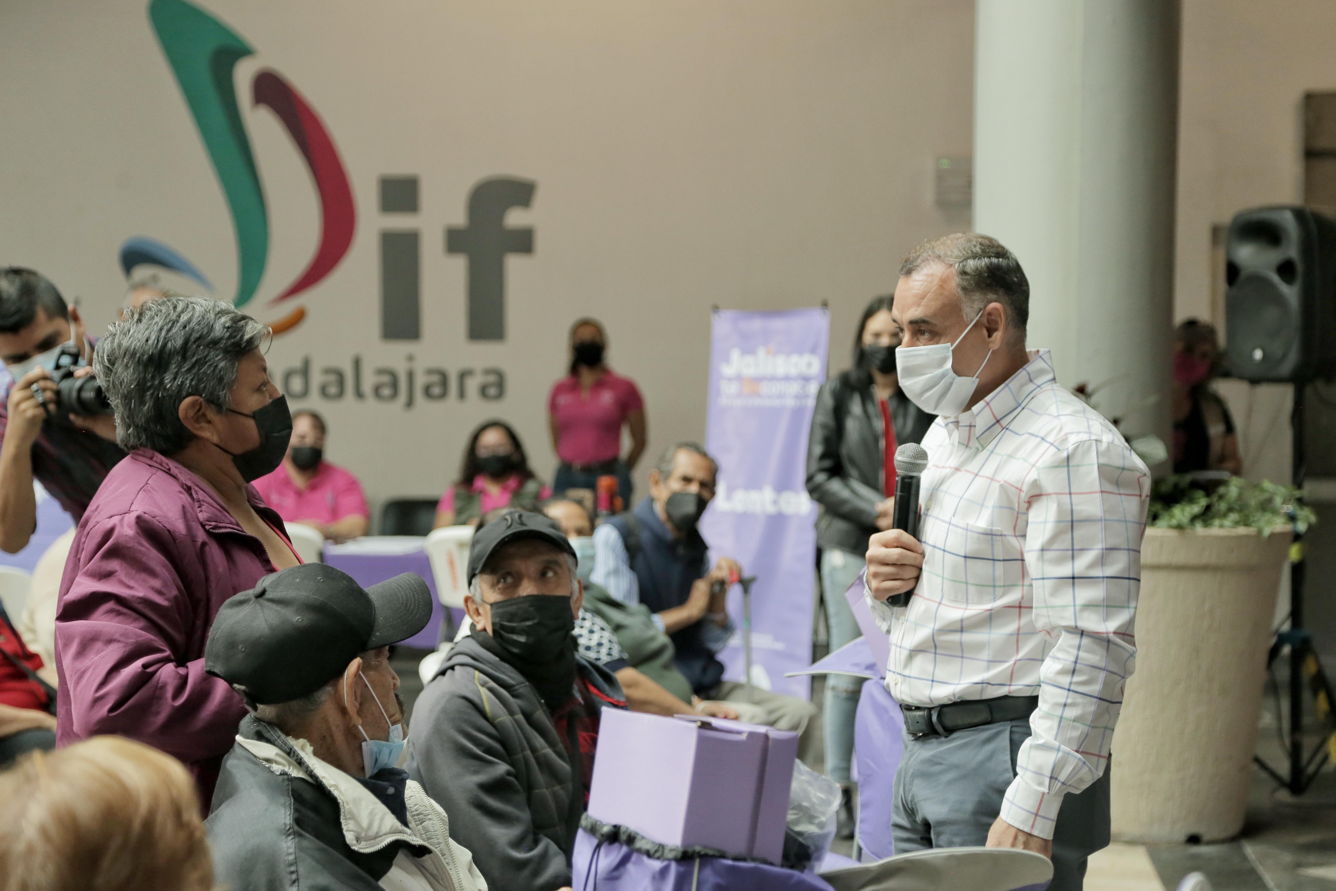 Entrega Jalisco Te Reconoce apoyos a personas adultas mayores en Guadalajara