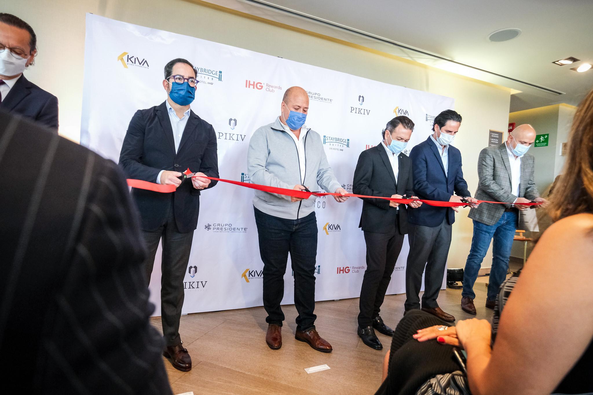 Enrique Alfaro inaugura nuevo hotel en la ciudad