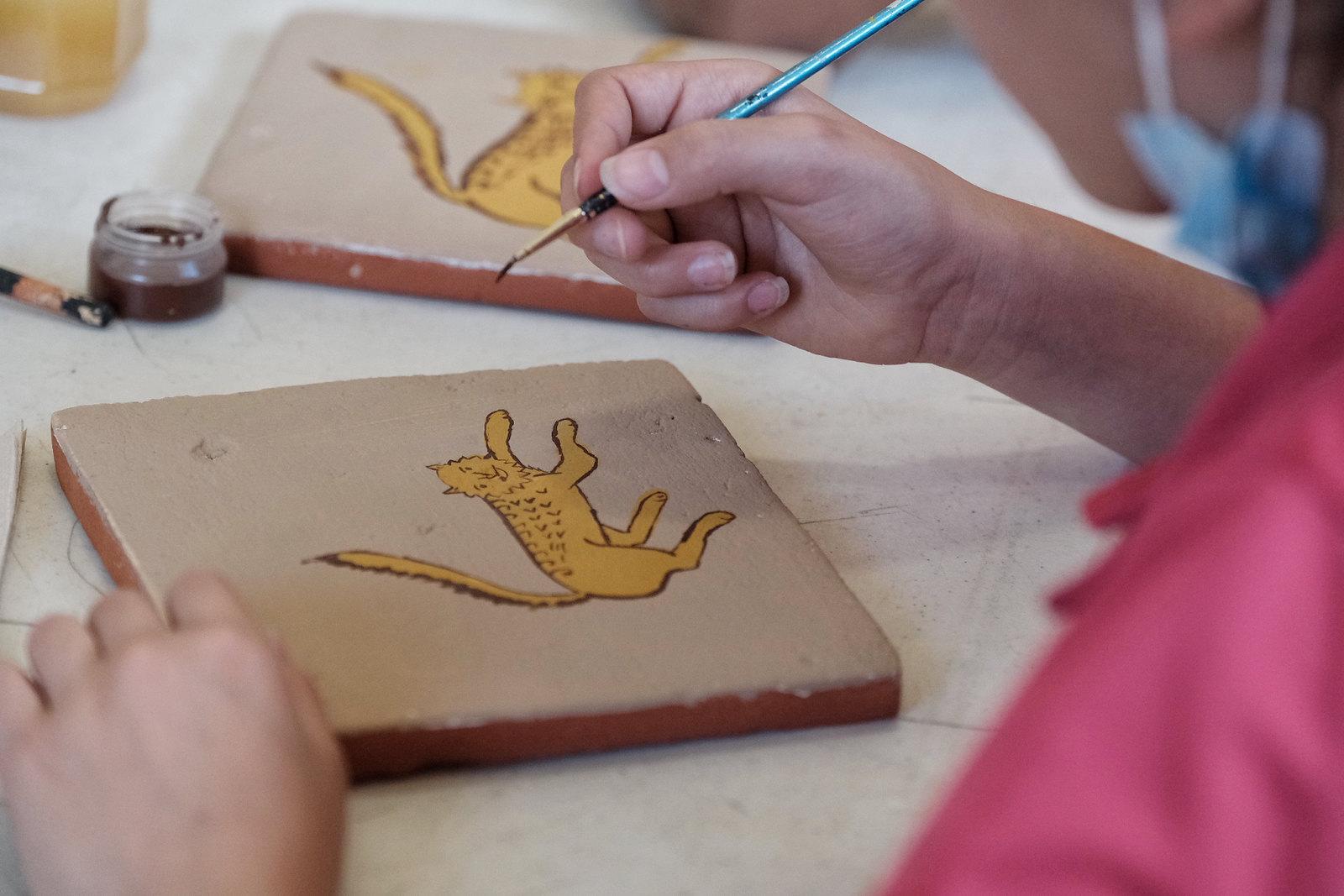 Imparten taller de arte popular a niñas y niños del  Hogar Cabañas en el Centro Cultural González Gallo