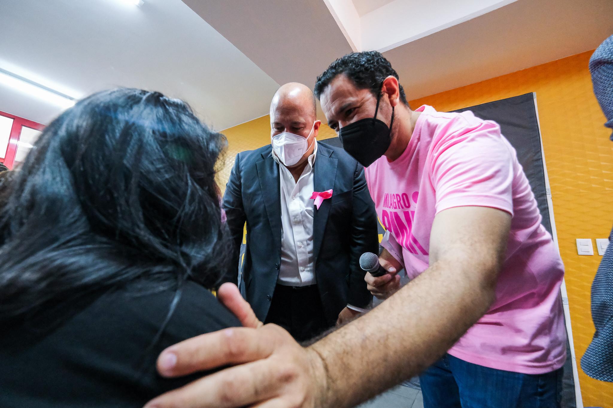 Entrega apoyos Enrique Alfaro a mujeres con cáncer; aumentarán recursos en 50% el próximo año para organismos, y reanudarán las obras del Instituto de Cancerología en Zapopan