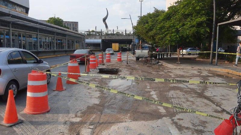 Siapa realiza trabajos de reparación de socavón en la Calzada Independencia
