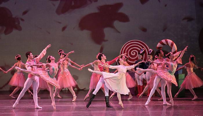 Foto de bailarines de ballet en la obra Cascanueces