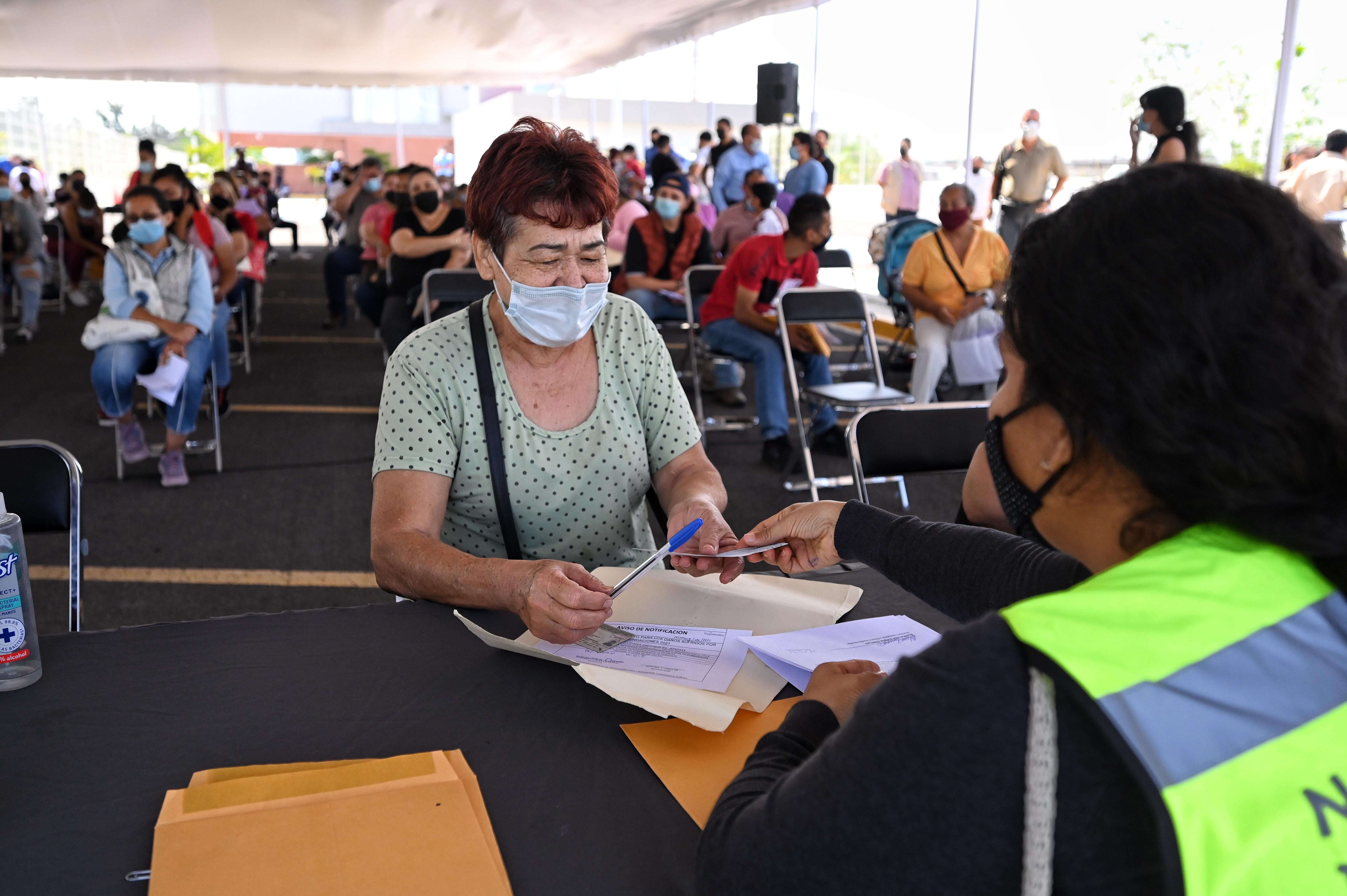 SSAS entrega cheques a familias afectadas por lluvias en Tlajomulco de Zúñiga