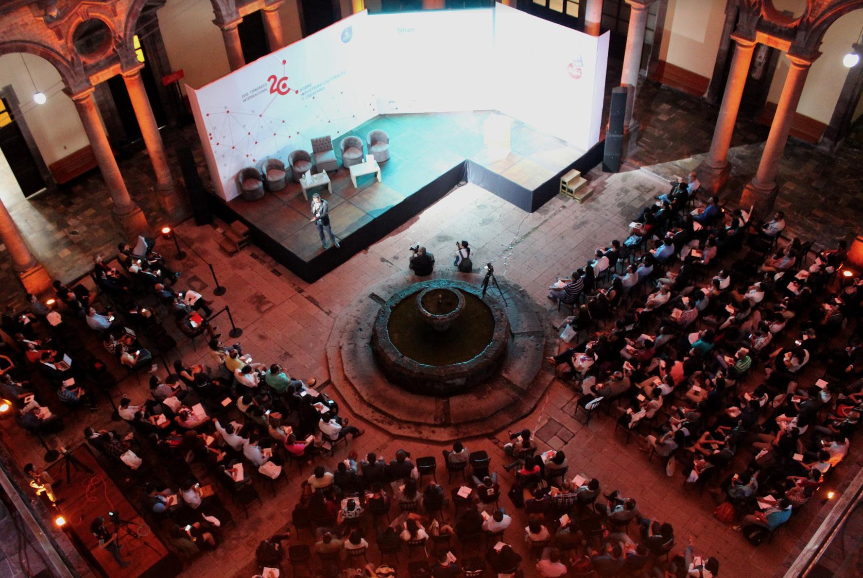 Personas en un audiorio en el Congreso Internacional de Industrias Culturales y Creativas