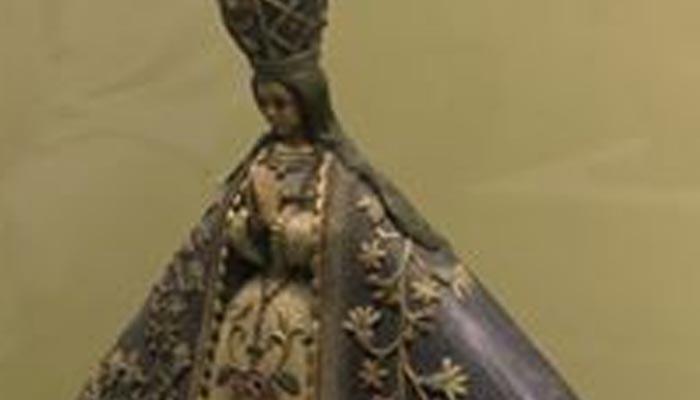 Fotografía de la virgen de talpa. Figura de porcelana con vestimentas en color azul y bordados color oro