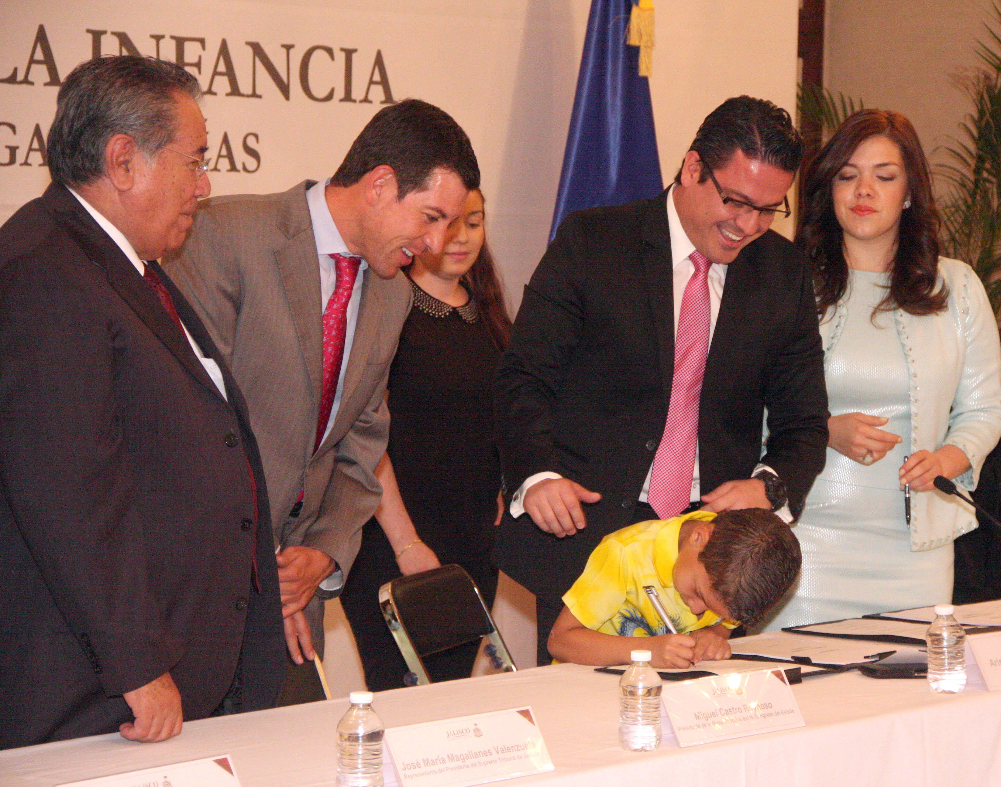 Habrá mejores leyes en favor de la niñez: Aristóteles Sandoval