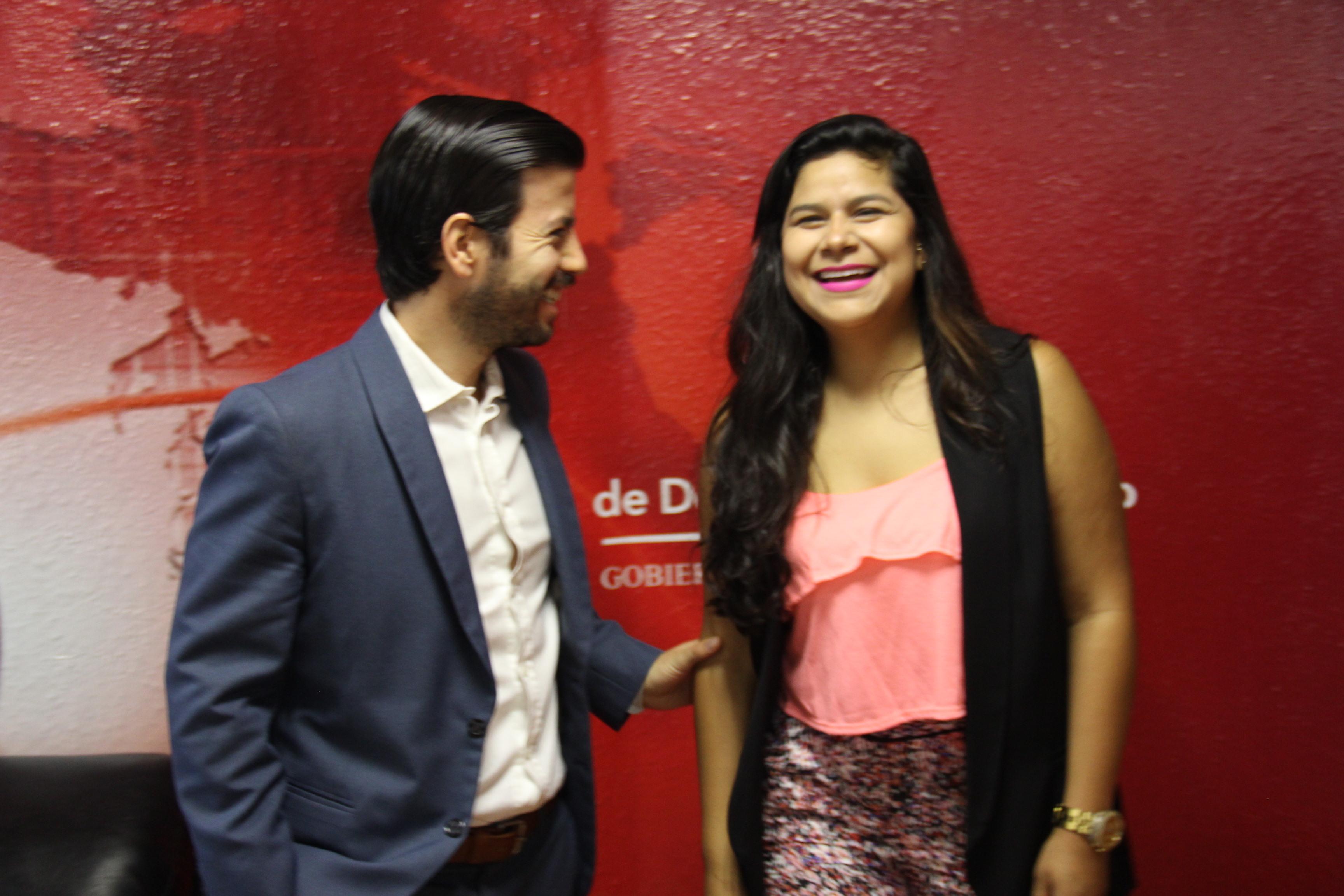 Alejandra Rodríguez Navarro, vestida con blusa rosa, sonríe por su logro.