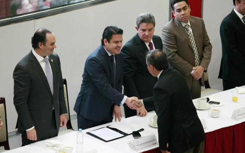 Eliminaremos regulaciones excesivas para incentivar mercado formal: Aristóteles Sandoval