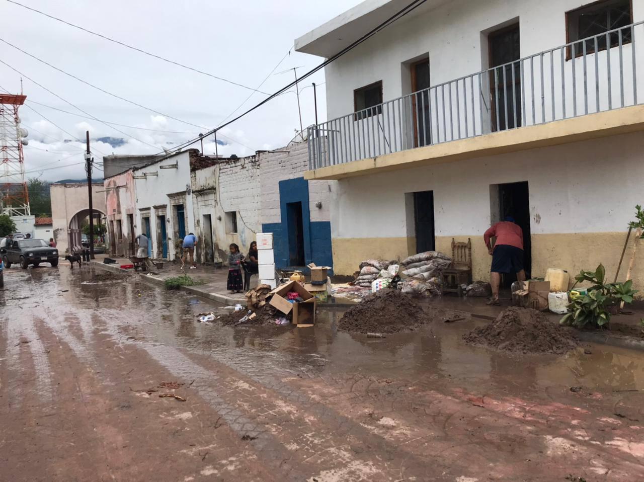Protección Civil Jalisco brinda apoyo a población afectada por el desbordamiento del Arroyo La Tecolota en Chimaltitán