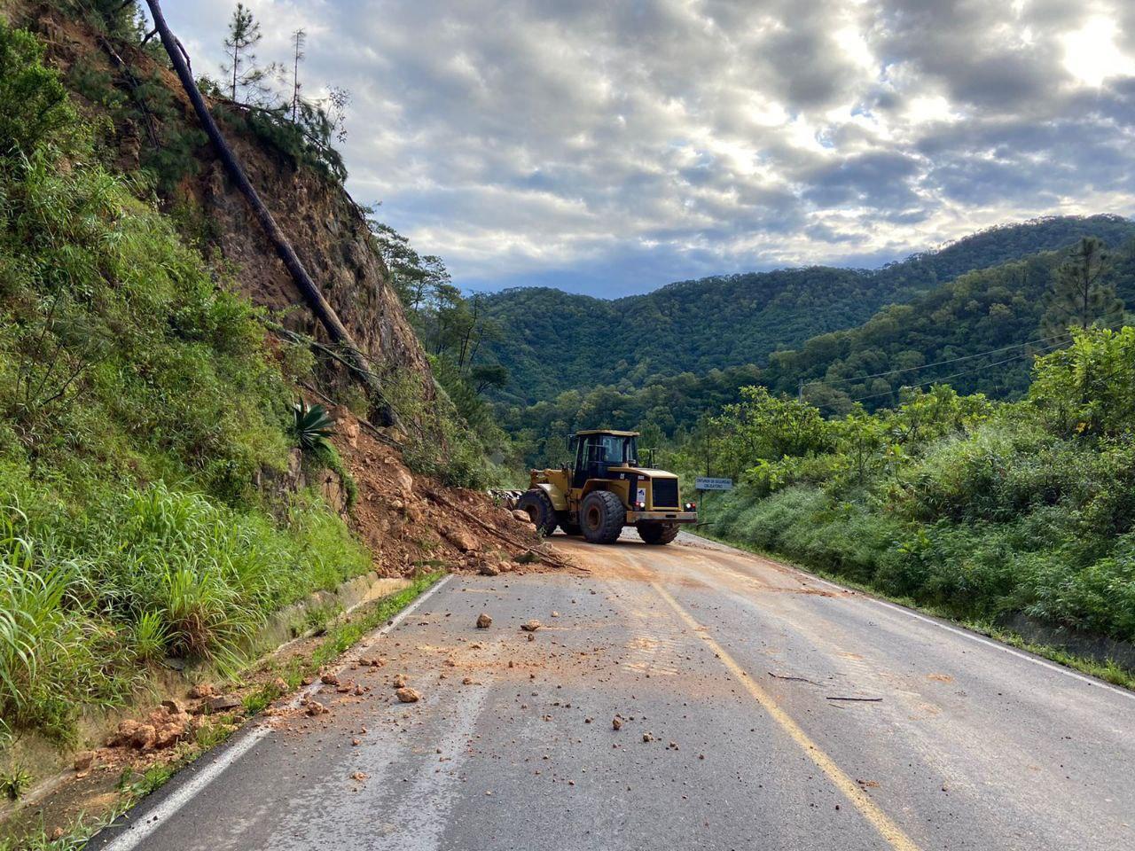 La SIOP y PC liberan la carretera Mascota-Puerto Vallarta, cerrada parcialmente debido a derrumbes causados por las copiosas lluvias