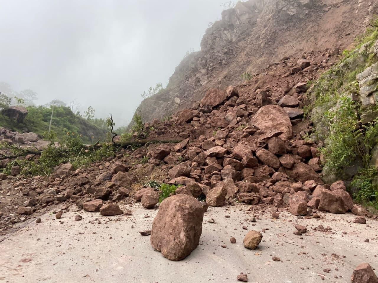 La SIOP atiende derrumbe en el km 30 de la carretera Mascota-Las Palmas-Puerto Vallarta; tome sus precauciones