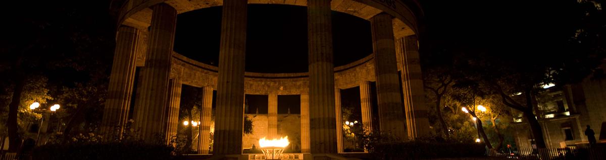 Foto del monumento de los jaliscienses ilustres, son 17 columnas estriadas que sostienen un anillo de cantera.