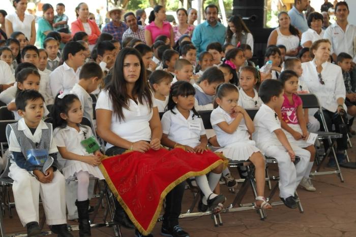 Imagen alusiva a la nota Reciben mobiliario escolar escuelas de La Huerta,  Villa Purificación y Casimiro Castillo