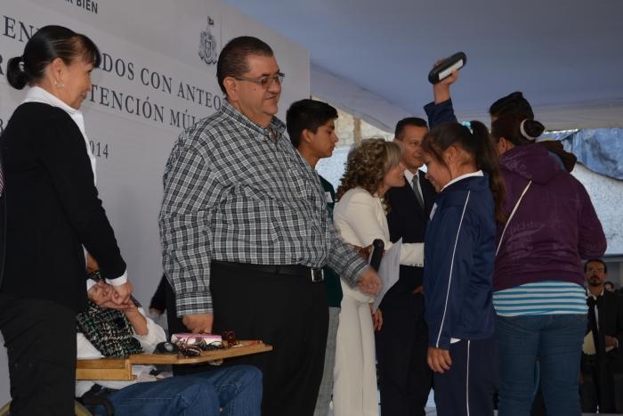 Imagen alusiva a la nota Entrega la SE equipos de cómputo a CAM y anteojos a alumnos de educación