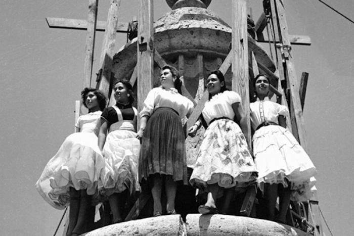 Fotografía de 5 mujeres en la punta de una cúpula del Instituto Cultural Cabañas