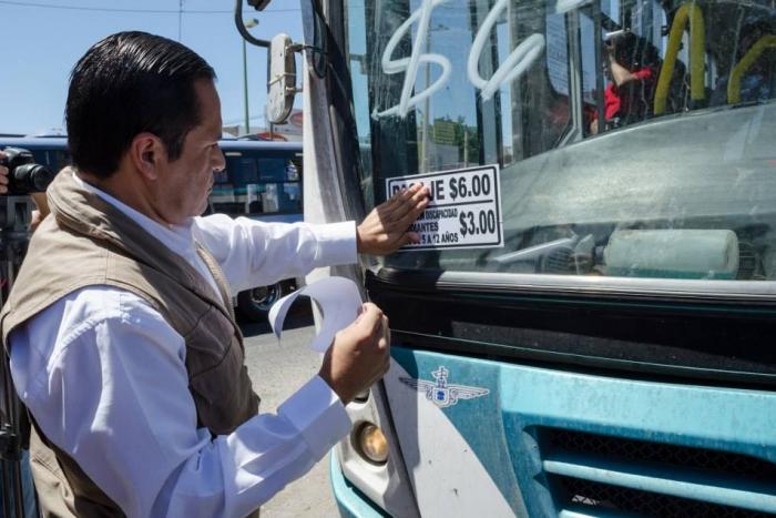 Imagen alusiva a la nota Participa Secretario del Trabajo en pega de  calcas con nueva tarifa de transporte público