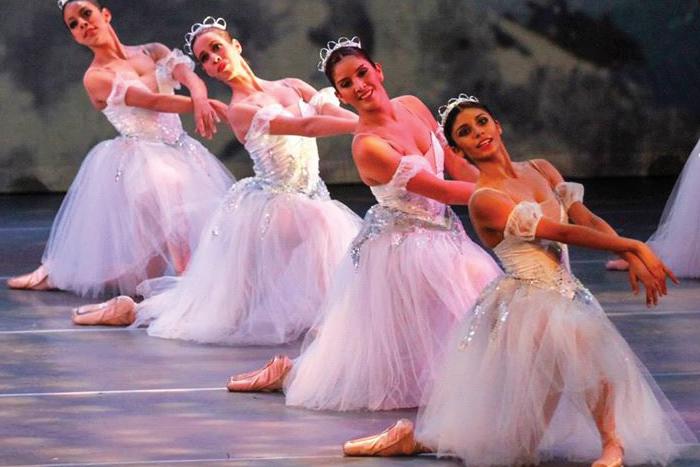 Foto de 4 bailarinas de ballet.