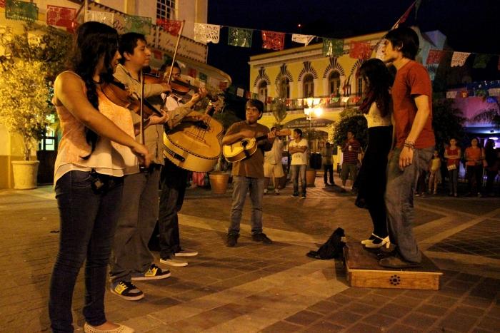 Imagen alusiva a la nota Bailan y cantan al ritmo del mariachi en las Nueve Esquinas