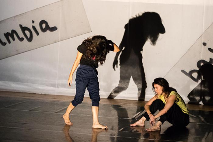 Foto de dos personas danzando en un escenario.